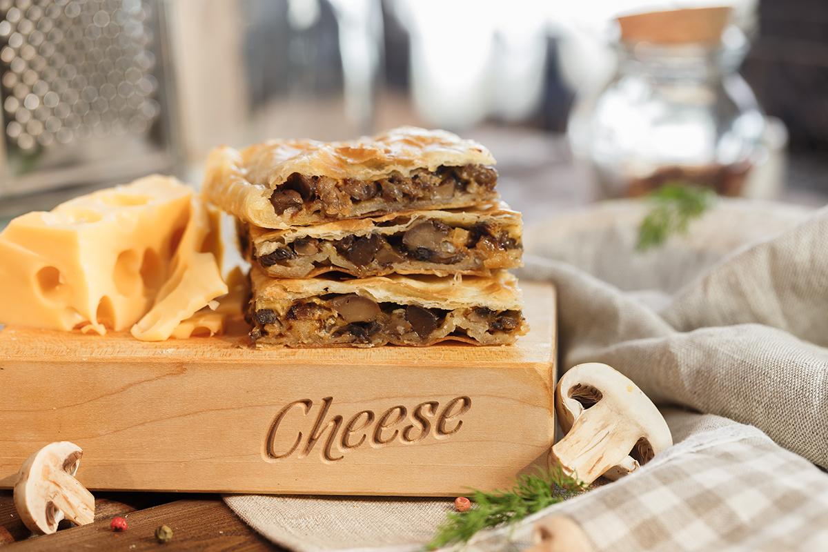 пирог слоеный с сыром и грибами